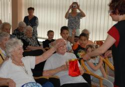 Projekt Ruku v Ruce propojuje domov důchodců v Úvalech a dětský domov Klánovice